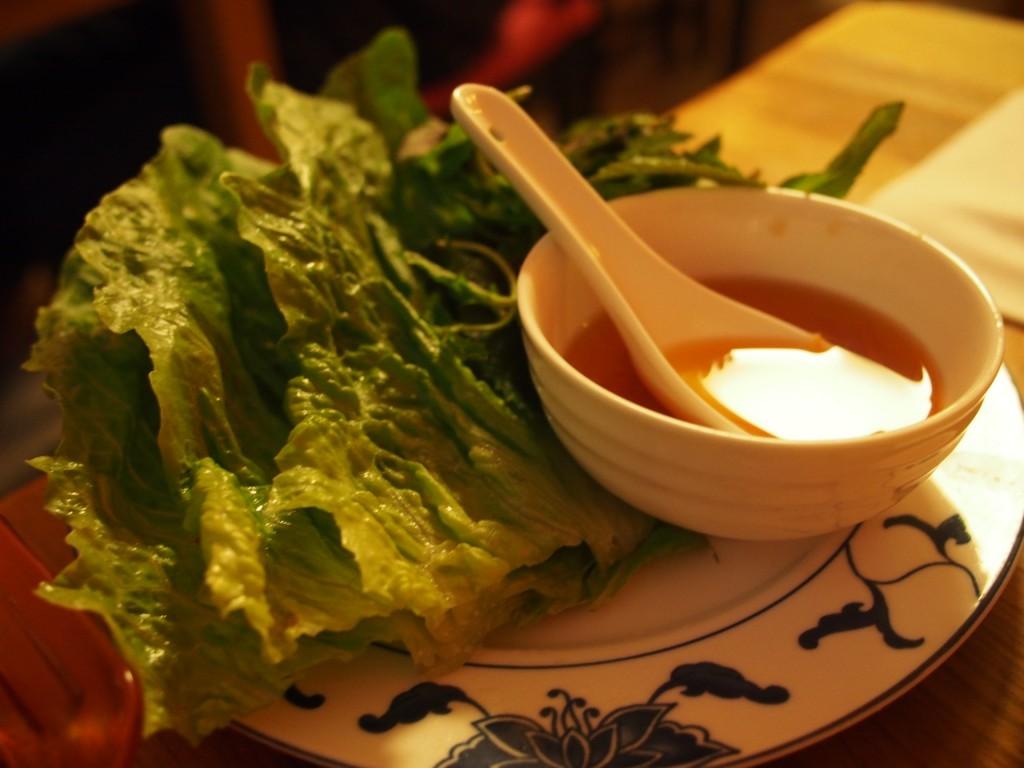 Salatblaetter mit typischer Soße